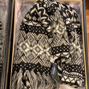 Old Navy white and black soft and fluffy scarf